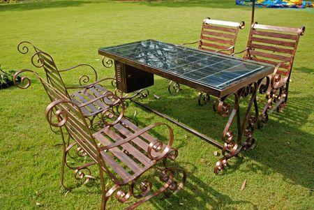 zonne-energie tafel en stoel in de parken Stockfoto