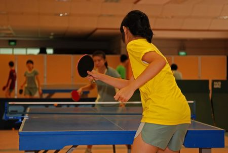 mensen spelen tabel tennisl in de sport zaal