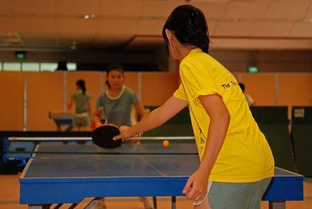 mensen spelen tafel tennisl in de sporthal Stockfoto