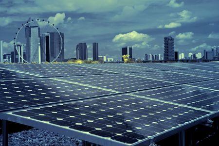 zonne-energie en stadsgezicht