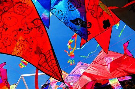 kleurrijke vliegende vliegers Stockfoto