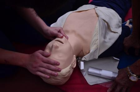 firstaid: realizar la reanimaci�n cardiopulmonar y primeros auxilios a las personas Foto de archivo