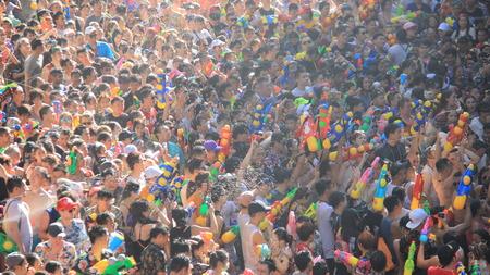 Wasser-Kampf-touristischer Schießen-Wasserwerfer kämpfen für Spaß Bangkok Thailand Standard-Bild