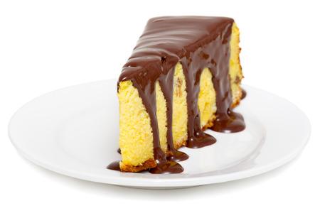 pastel de chocolate: Tarta de queso con el chocolate aislado en blanco Foto de archivo