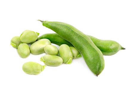 Groene sojabonen die op witte achtergrond worden geïsoleerd. Stockfoto