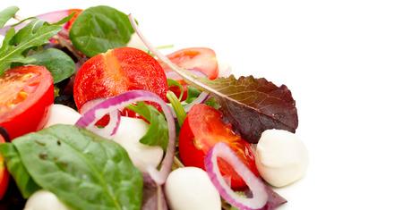 Plantaardige salade met mini mozzarella close-up