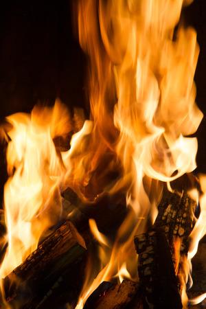 Branden en gloeiende stukken hout in de open haard Stockfoto