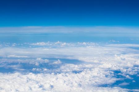 blauwe hemel hoog uitzicht vanuit vliegtuig wolken vormen