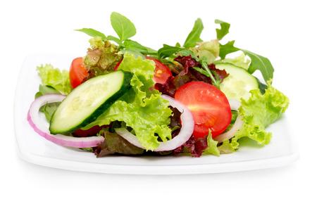 Verse groentesalade die op wit wordt geïsoleerd