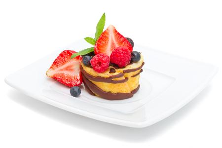 mini fruitcake die op wit wordt geïsoleerd