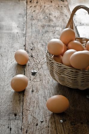 gallina con huevos: huevos en la cesta Foto de archivo