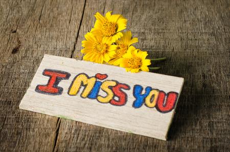 te extra�o: Echo de menos que la etiqueta con la flor amarilla Foto de archivo