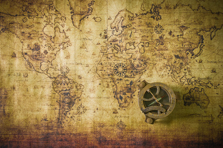 brujula: viejo mapa con brújula