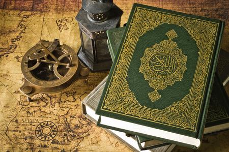 Koran - 오래 된지도 랜 턴과 나침반 이슬람교도의 거룩한 책 스톡 콘텐츠