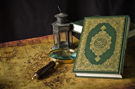 Koran - 오래 된지도 랜 턴과 나침반 이슬람교도의 거룩한 책 스톡 콘텐츠 - 31171646
