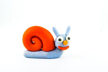 Escargot, argile sur fond blanc