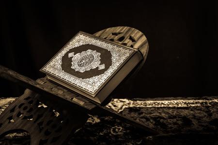 holy  symbol: foto libro sagrado de los musulmanes, el estilo de la vendimia se filtró - Koran Foto de archivo