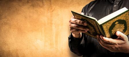 손에 코란 - 이슬람교도의 거룩한 책 (모든 무슬림의 공공 항목)