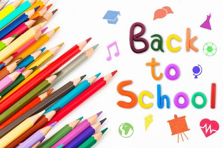 """Nachricht """"Back to School"""" mit Farbstift Standard-Bild"""