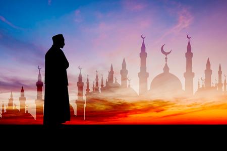 황혼의 시간에 이슬람기도기도하는 이슬람 남자