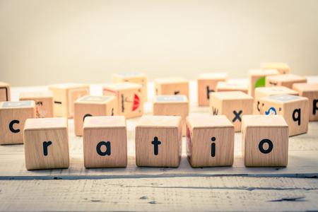 woord 'ratio' hout Kubus op het hout Stockfoto