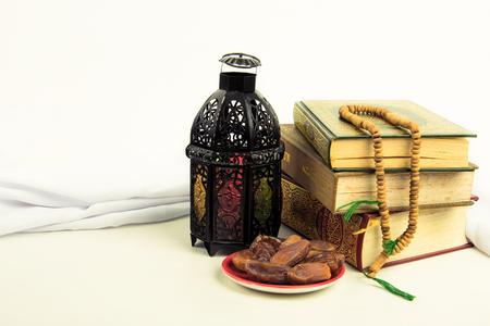 가벼운 랜턴 스타일의 아랍 또는 모로코와 코란 (이슬람교도의 거룩한 책)