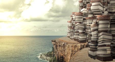 海の景色と書籍のスタック。コンセプト イメージを意味する「知識それは何かに集中しようと必要があります」 写真素材