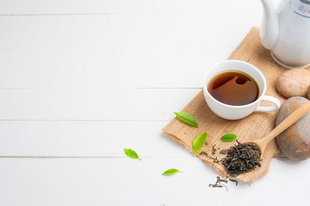 Tè con vetro di tè su legno bianco Archivio Fotografico - 81838234