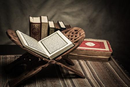 Koran - 테이블, 정물에 이슬람교도 (모든 이슬람교도의 공공 항목)의 거룩한 책. 스톡 콘텐츠