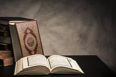 コーラン - テーブル、静物の (すべてのイスラム教徒のパブリック アイテム) のイスラム教徒の神聖な本。 写真素材