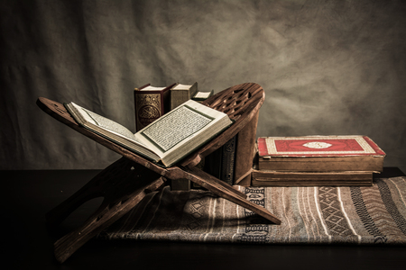 Koran - heiliges Buch von Moslems (öffentliches Einzelteil aller Moslems) auf dem Tisch, Stillleben.