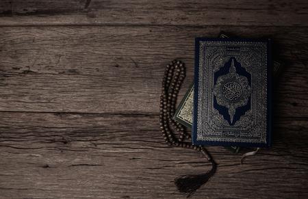 古兰经-穆斯林的圣书(所有穆斯林的公共物品)在桌子上,静物。