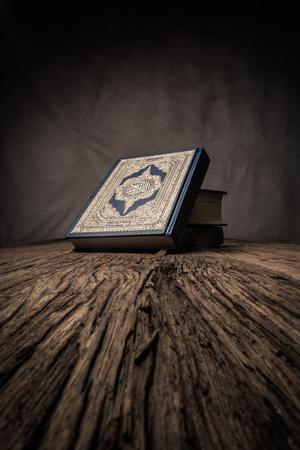 Koran - heiliges Buch der Muslime (öffentlicher Gegenstand aller Muslime) auf dem Tisch, Stillleben.
