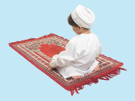 Muslim boy in a dress Praying , isolate background  . Imagens - 128569000
