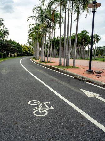 Route, passerelle et course dans le parc. Banque d'images