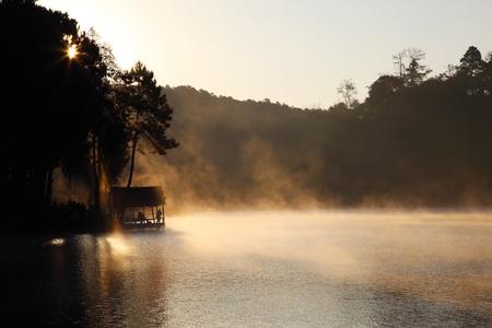 lagos: Una silueta de casa durante el amanecer en el dep�sito de Pangung