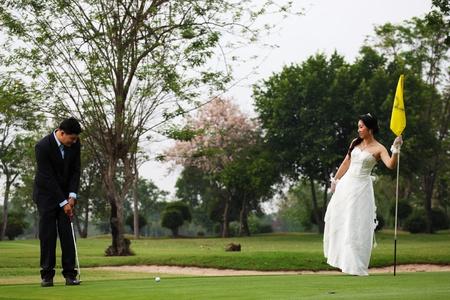 teen golf: Novia y el Novio Jugar Golf Foto de archivo