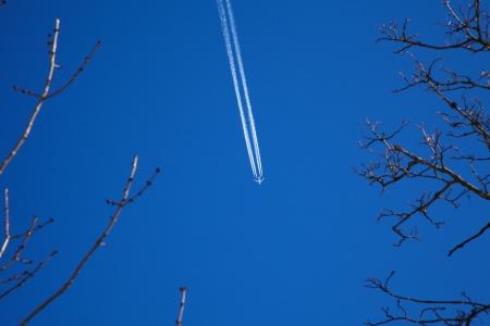 A long trail of jet plane on blue sky Zdjęcie Seryjne - 22011233