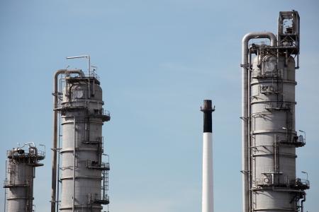 destilacion: Torres de destilaci�n en el cielo azul de fondo