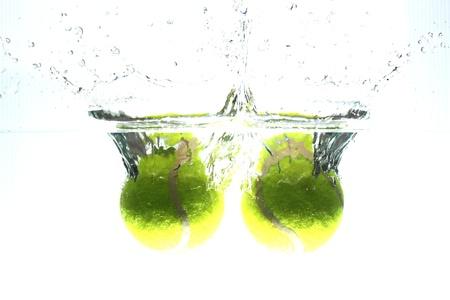 Pelota de tenis se dejó caer en el agua, haciendo que el agua propagación.