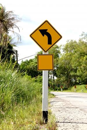 turn left: I segnali stradali indicano di girare a sinistra.