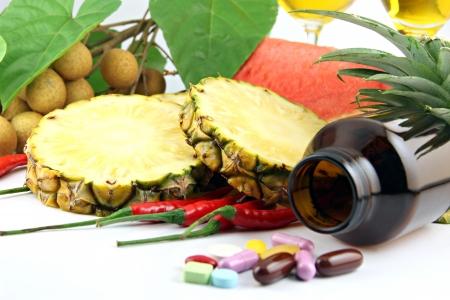 果物や配置薬付近の白い背景の上化粧品。