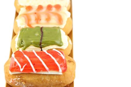 ソート: 白の背景に竹皿にドーナツの並べ替え