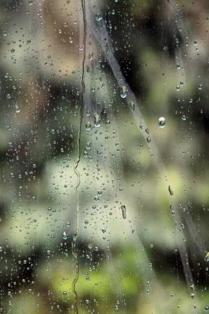 eau de pluie: L'eau de pluie perch� au miroir du fond. Banque d'images