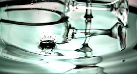shocks: Green Background of Water drops a beautiful shape and Beverage glass in Basin.