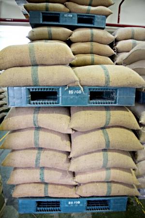 プラスチック パレット倉庫で米の袋を積層