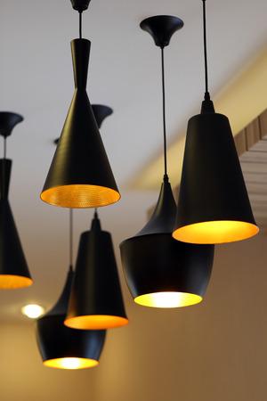 Moderne zwarte lampen op het plafond van een woonhuis.