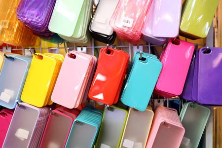 estuche: caja del tel�fono en la tienda. Foto de archivo