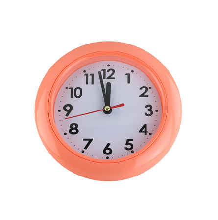 orologio da parete: orologio da parete arancione isolato su sfondo bianco. Archivio Fotografico