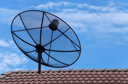 antena parabolica: antena parab�lica en el tejado de la casa en el d�a brillante.